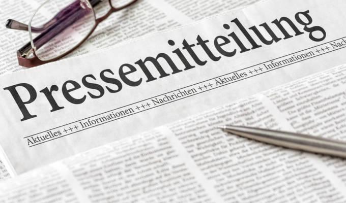 Zeitung mit der Überschrift Pressemitteilung
